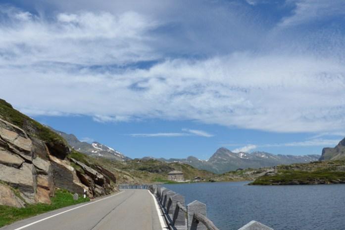 San Bernardino Pass. De mota nos Alpes Suíços. Lago Moesola