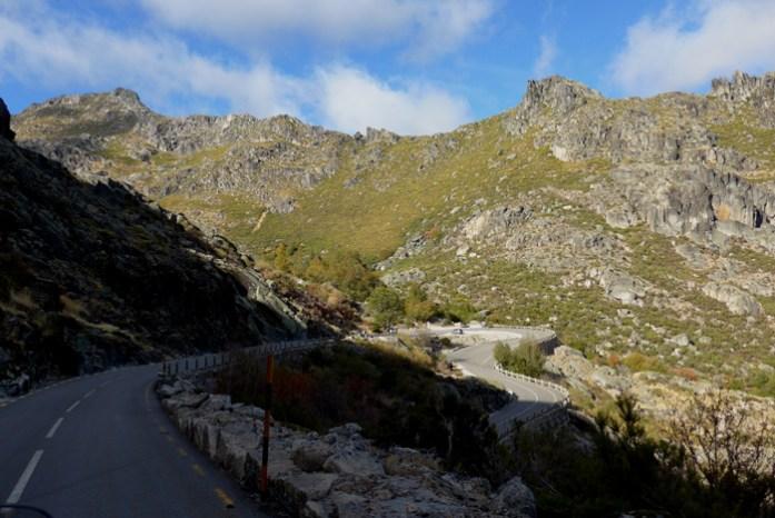 Roteiro de viagem de mota pela Serra da Estrela. Pelo vale glaciar a caminho de Manteigas.