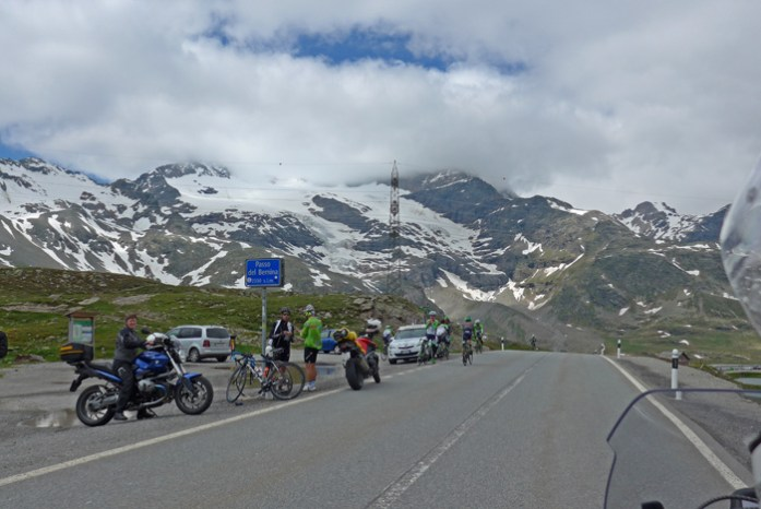 Estradas de montanha dos Alpes Suíços. No Bernina Pass.