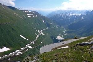 As melhores estradas dos Alpes Suíços na região de Andermatt. Em Furkapass.