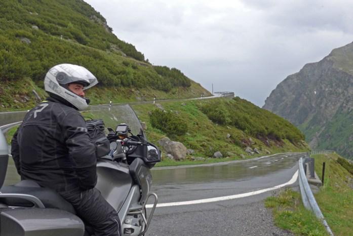 Estradas de montanha dos Alpes Suíços. No Fluela Pass.