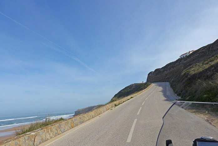 Praia dos Montes Clérigos pela estrada M1003-1. Costa Vicentina