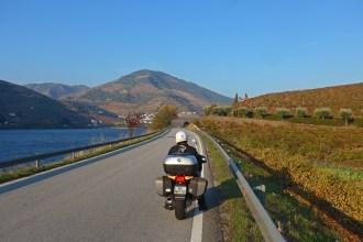 A Estrada N222 entre o Pinhão e a Régua. Viagens de moto por Portugal