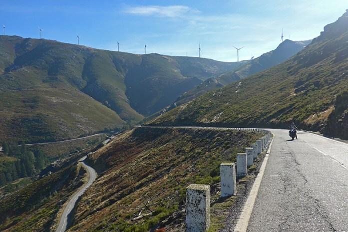 Estrada N304 e os contornos montanhosos do Parque Natural do Alvão