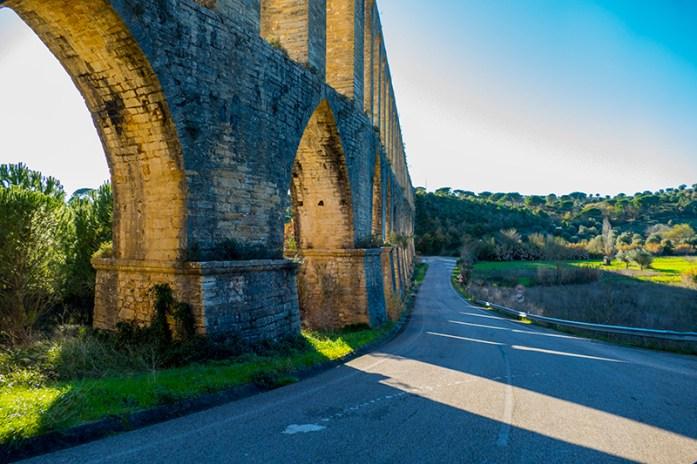 Entre a estrada e o aqueduto
