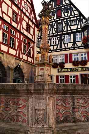 The re timbered Meat and Dance Hall, the blue timbered Jagstheimer's house and the St. George fountain