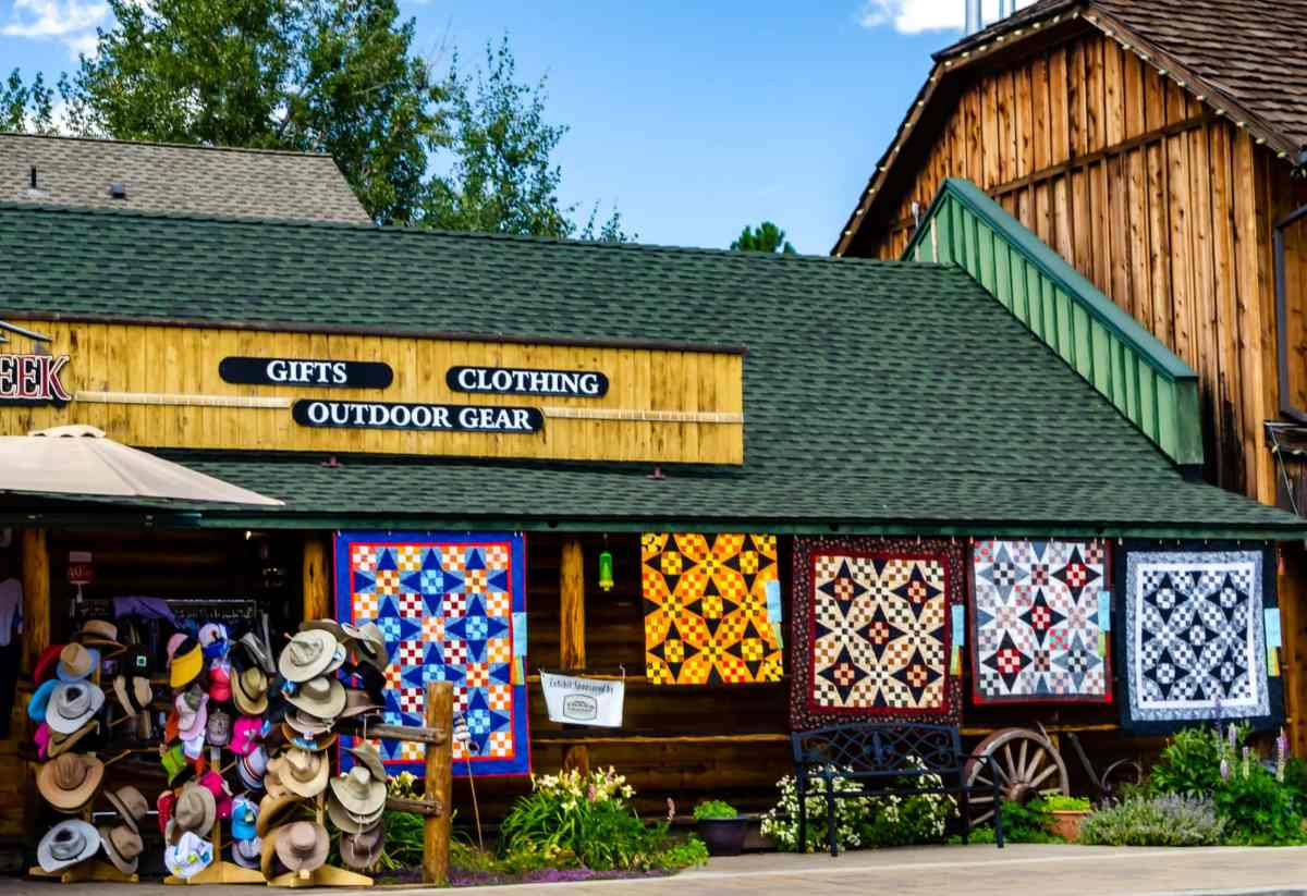 A Day of Sharing at the Sisters Outdoor Quilt Show – My Article in Quiltmania Magazine