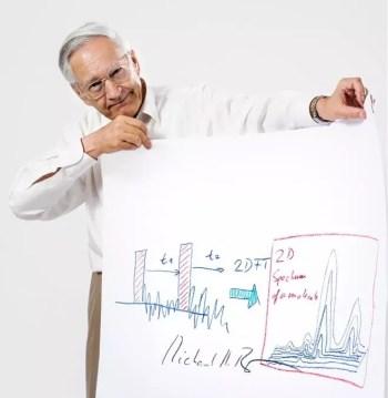Richard Ernst con una explicación de su técnica