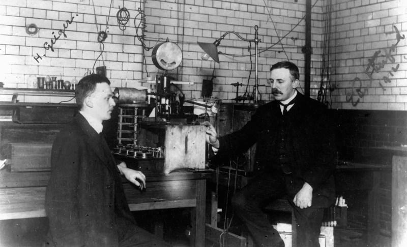 Frederick Soddy y Ernest Rutherford en su laboratorio