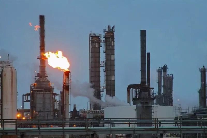 Refinería Shell Deer Park, Deer Park, Texas. Usa. En el centro de la foto se observan dos torres de destilación industrial