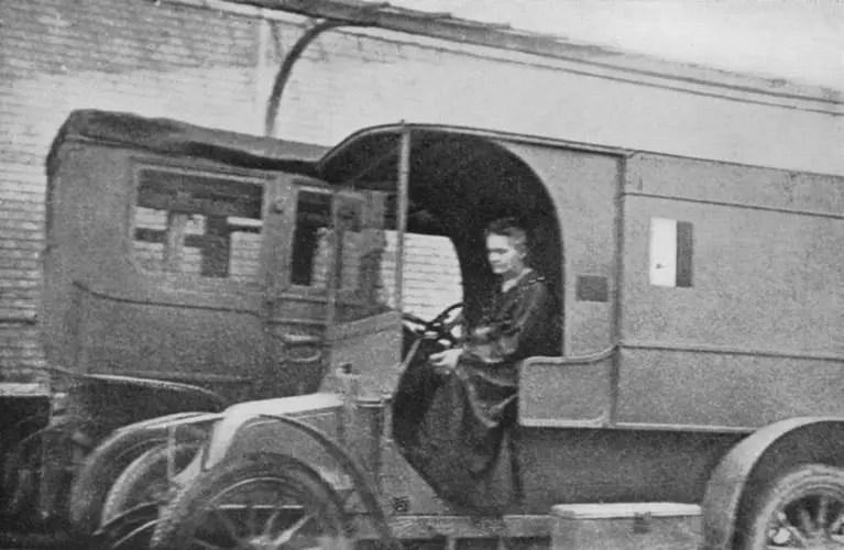 Marie Curie en una unidad movil de rayos X