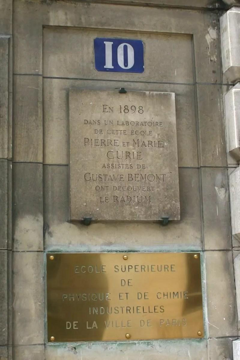 Placa conmemorativa del lugar de descubrimiento del radio en Paris, Francia