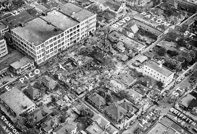 20 de febrero de 1947: Foto aérea de la escena de la explosión del edificio de la O'Conner Electro-Plating Corp. tomada desde el dirigible de Goodyear. Esta foto fue publicada en el LA Times del 21 de febrero de 1947. Los nombres de las calles fueron añadidos por un artista del Times.