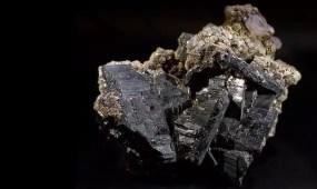 Los D'Elhuyar trabajaron con otro mineral de origen alemán, la wolframita