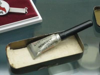 """Una ampolla de morfina con aguja integral para uso inmediato. También conocido como """"syrette"""". De la Segunda Guerra Mundial. Expuesta en el Museo de Servicios Médicos del Ejército."""
