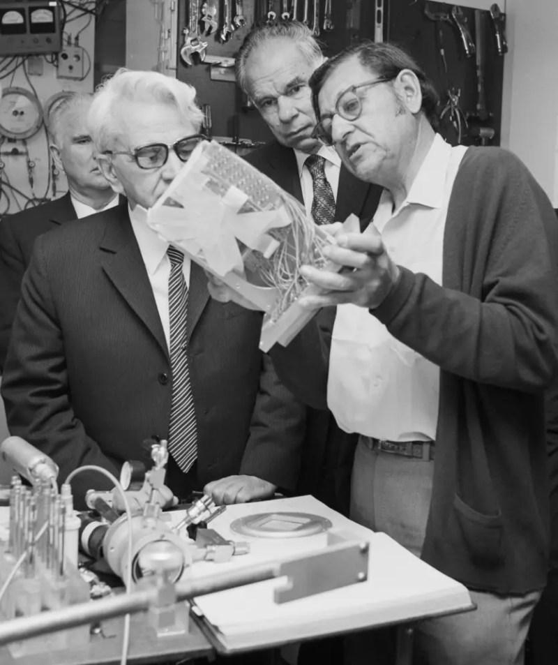 Mstislav Keldysh, presidente de la Academia de Ciencias de la Unión Soviética, visita Seaborg y Ghiorso en el Laboratorio de Berkeley, octubre de 1972.