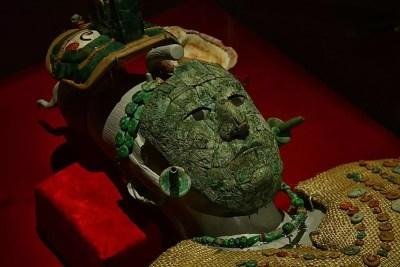 La máscara funeraria de la Reina Roja de Palenque está hecha de un mosaico de malaquita.