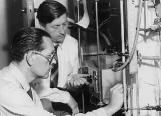Archer Martin (izquierda) y Anthony James en Mill Hill en la década de 1950