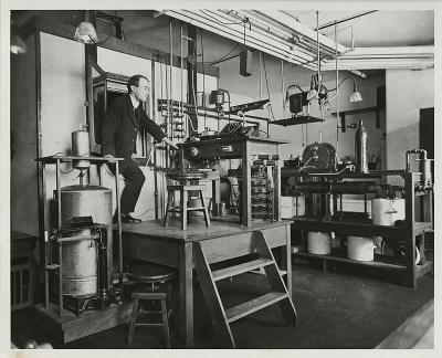 El sujeto sale del calorímetro respirador en el laboratorio de Atwater. Cortesía de Special Collections, Biblioteca Nacional de Agricultura de los Estados Unidos
