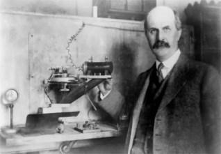 William Henry Bragg con su espectrometro
