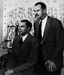 Glenn T. Seaborg (izquierda) y Edwin M. McMillan frente a la Tabla Periódica, poco después del anuncio de la obtención del Premio Nobel de Química de 1951