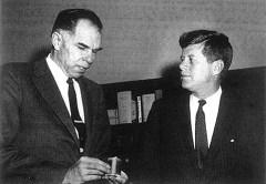 El presidente Kennedy y su Presidente de la Comisión de Energía Atómica, Glenn T. Seaborg