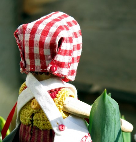 For this Hitty bonnet, I just stitched it all together and didn't make buttonholes!