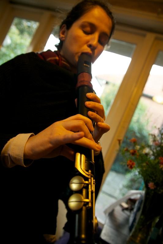 a flautista Renata Pereira e a flauta doce Eagle