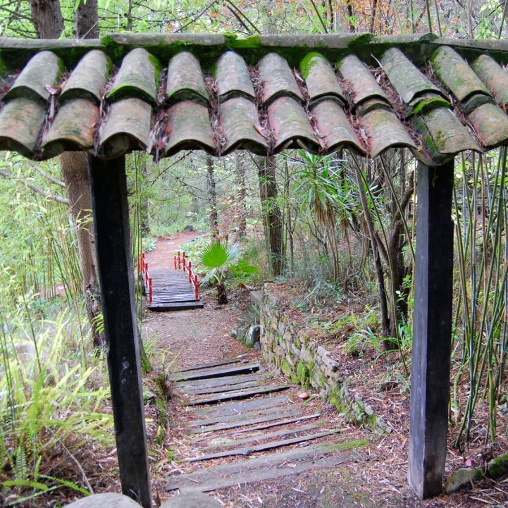 Traditional Japanese garden gate . Porta de jardim tradicional Japonesa