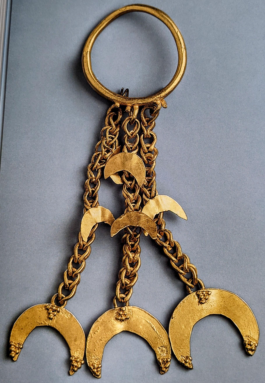 Dangling gold headdress ornament