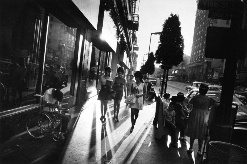 "Fotografía © Garry Winogrand, de su trabajo ""Women are Beautiful"" / horizonte inclinado"
