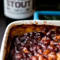 Stout baked beans with rosemary (vegan).