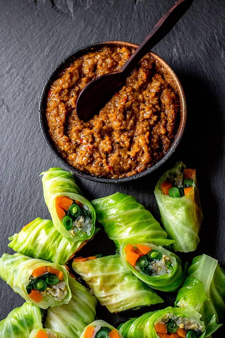 Gado gado rolls with peanut sauce (vegan).