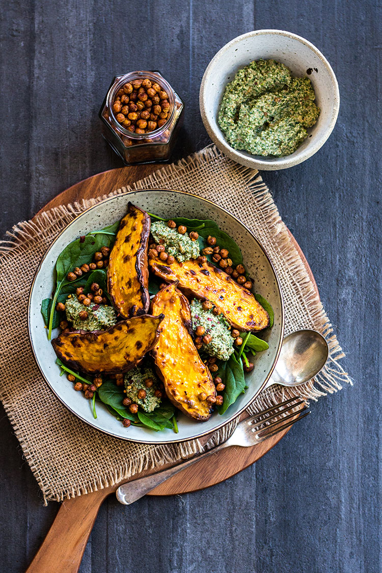 Baked sweet potato with crunchy chickpeas and parsley pesto (vegan and gluten free).