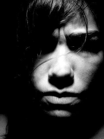 une personne a le visage fermé noir et blanc