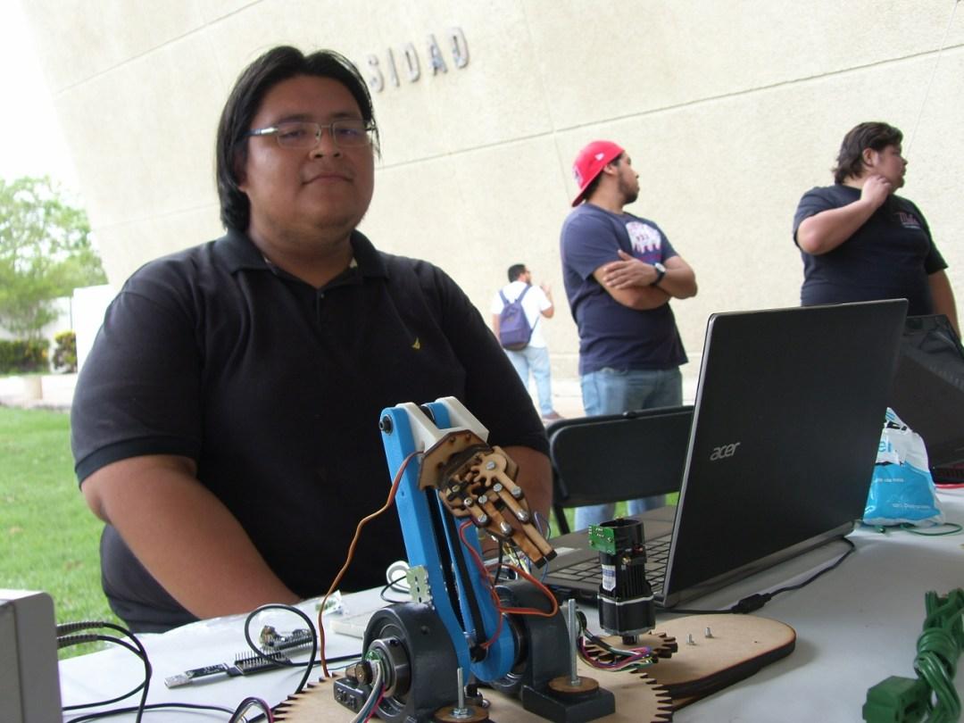 Dr. Gripper    Ingeniería Mecatrónica 8° semestre. El proyecto representa el sistema de control PID en un brazo robótico