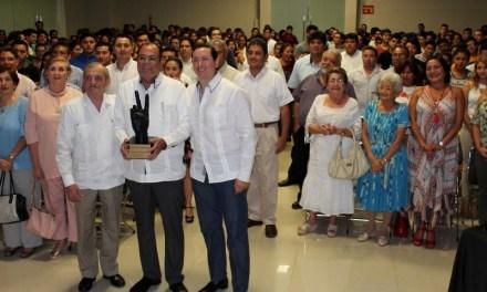 """Distinguen al director del Centro de Investigaciones Regionales """"Dr. Hideyo Noguchi"""" por una vida dedicada al servicio de la sociedad"""
