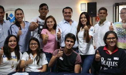 El alcalde exhorta a los jóvenes a trabajar para alcanzar metas y les ofrece respaldo municipal para lograrlo