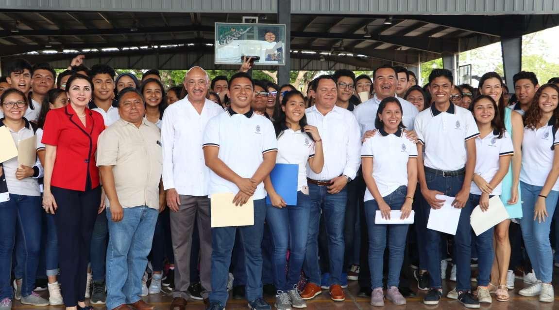 Mil 900 estudiantes de la UADY reciben Beca Benito Juárez