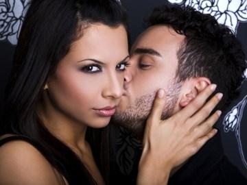 homem beijando mulher no rosto