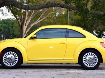 carro amarelo bonito andando na rua