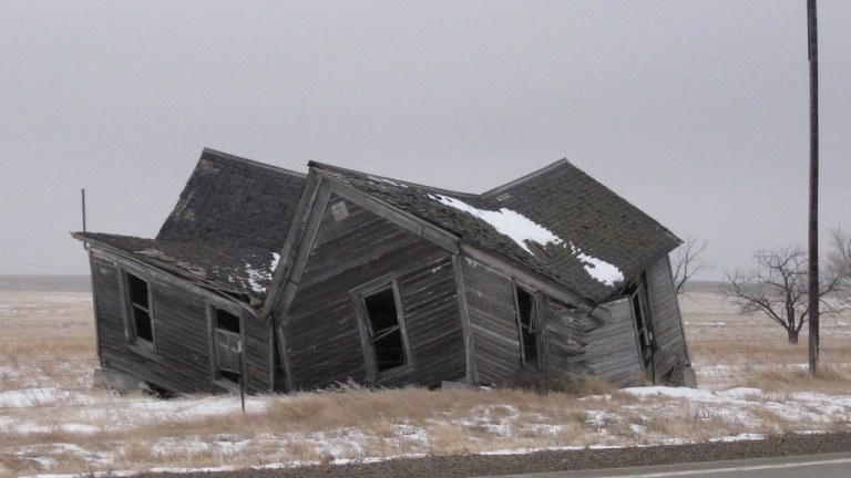 casa velha desabando em uma fazenda