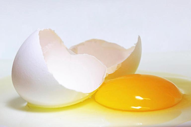 um ovo branco quebrado