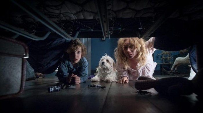 crianças olhando em baixo da cama no filme Babadook