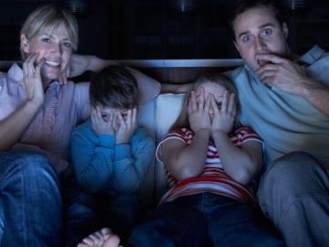 família reunida assistindo filmes de ação netflix