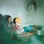 duas crianças assistindo filmes de bruxas