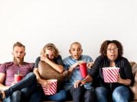 grupo de amigos assistindo filme de suspense
