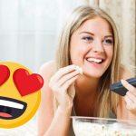 mulher assistindo filme de comédia romantica sozinha e comendo pipoca