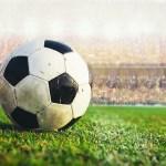 bola de futebol no meio do campo no estádio