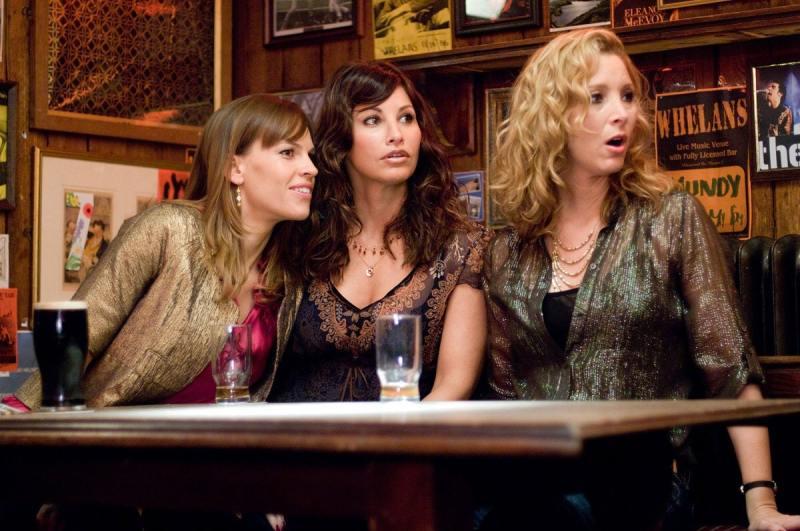 protagonista do filme Ps. Eu te amo em um bar com suas amigas